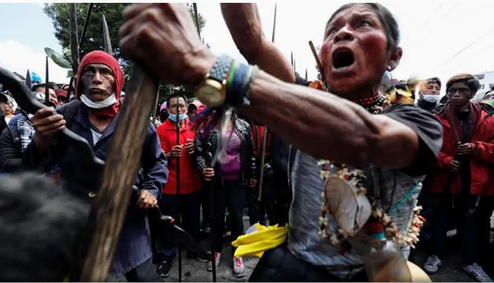 Die Indigenas vom ganzen Land gehen nach Quito um gegen die Regierung zu protestieren