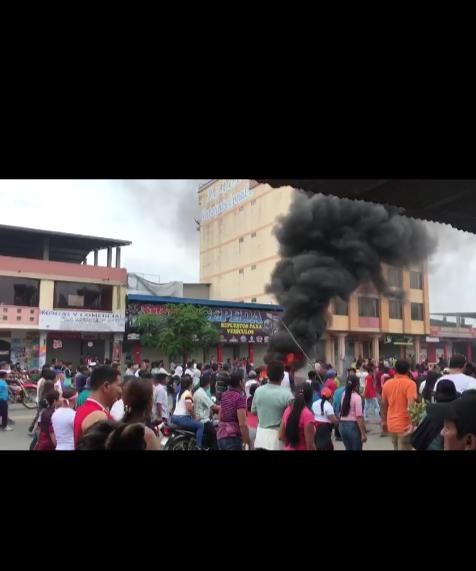 Die Indigenas machen Demostration auf der Hauptstrasse in La Maná