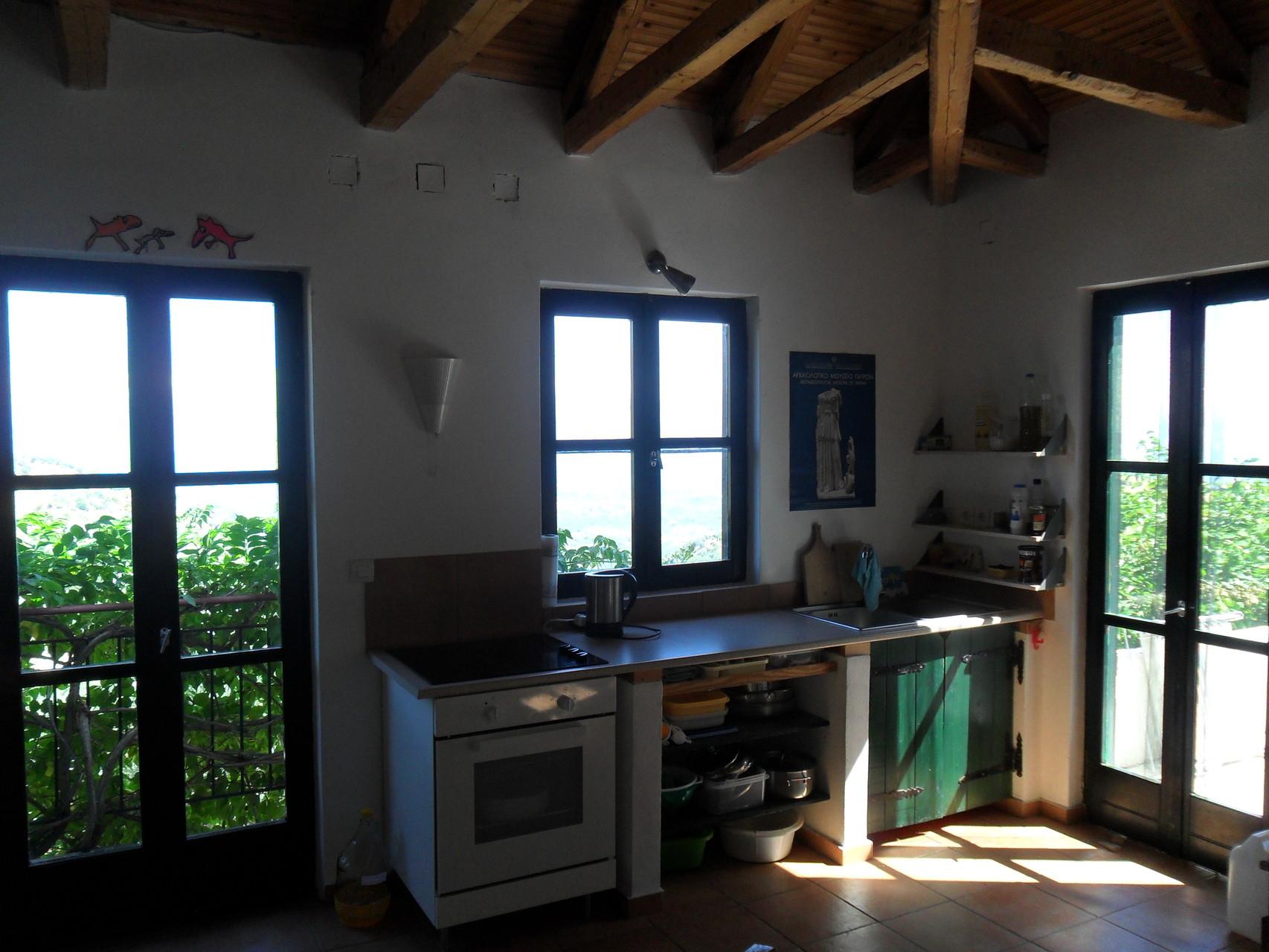 Küchenzeile mit Balkon- und Terassentür