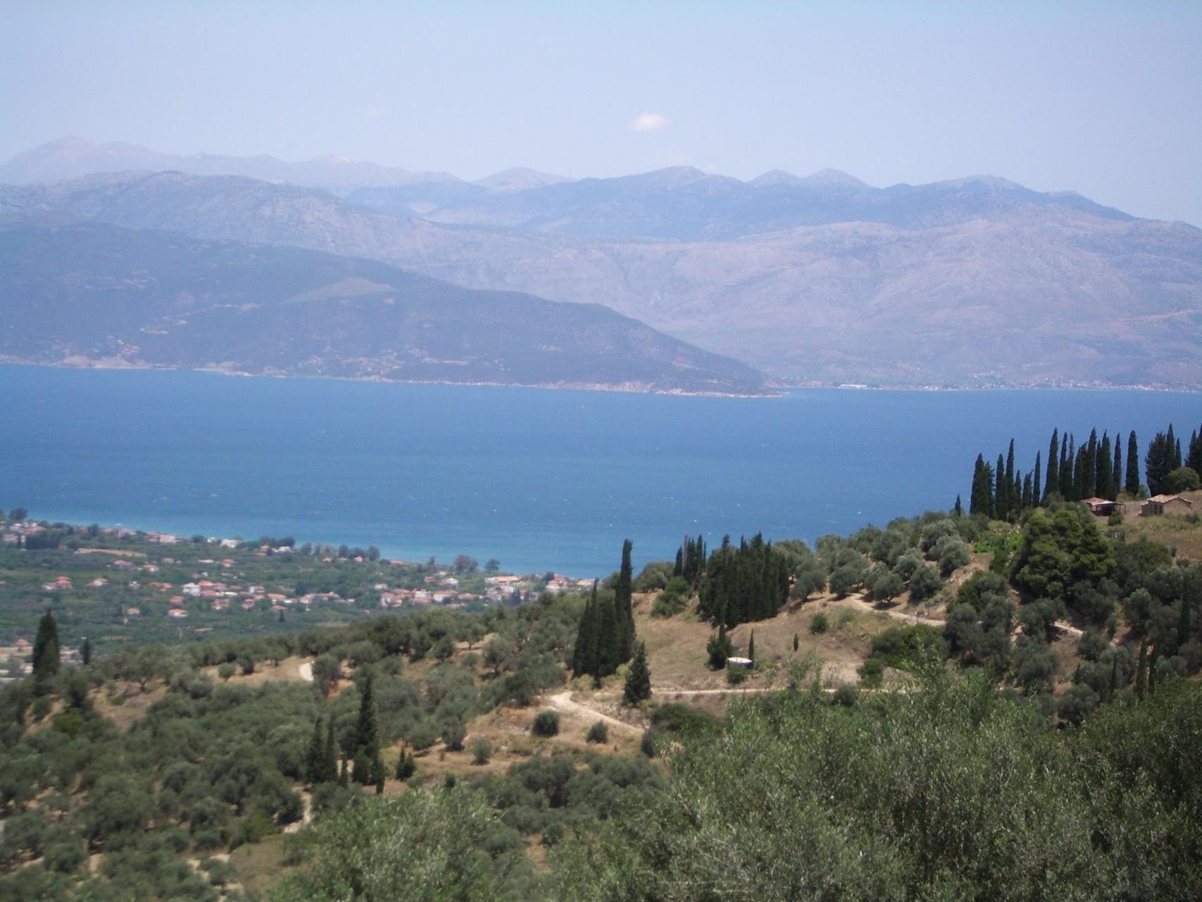Blick von der Terasse auf Meer und Berge