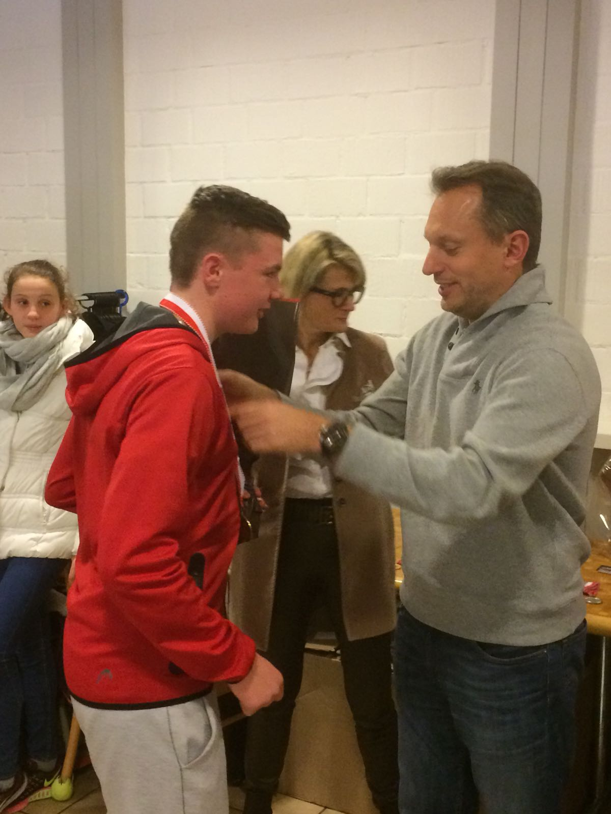 Yves Allegro übergibt Dominic die Medaille