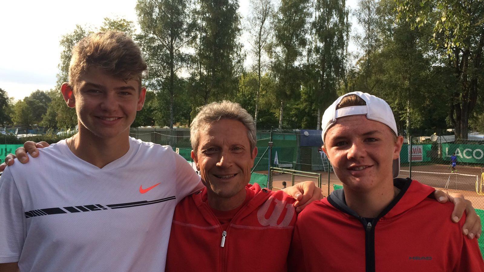 Sieger Duo mit ihrem Swiss Tennis Trainer Urs Walter