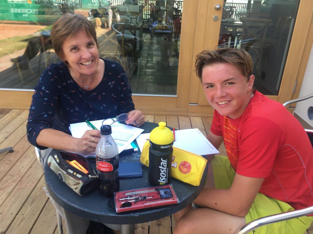 Mit Rüegg Annemarie in Luzern (Lehrerin bei Swiss Tennis) am Aufgaben machen