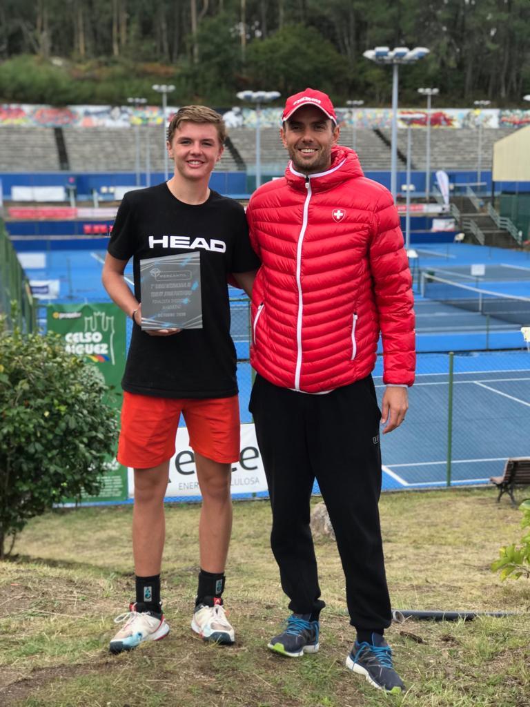 Dominic mit seinem Coach Sven Swinnen von Swisstennis