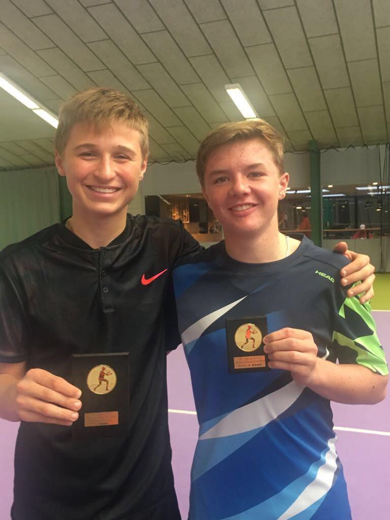 Zusammen mit seinem Freund und Trainingspartner L. Riedi (Sieger Doppel)