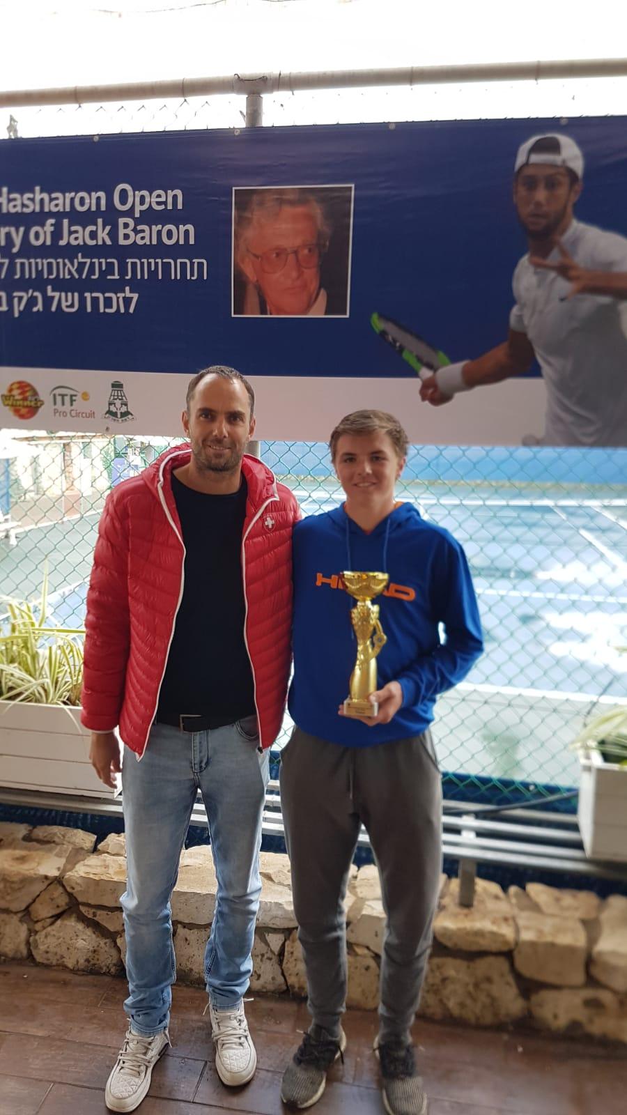 Zusammen mit seinem Trainer vor Ort, Sven Swinnen