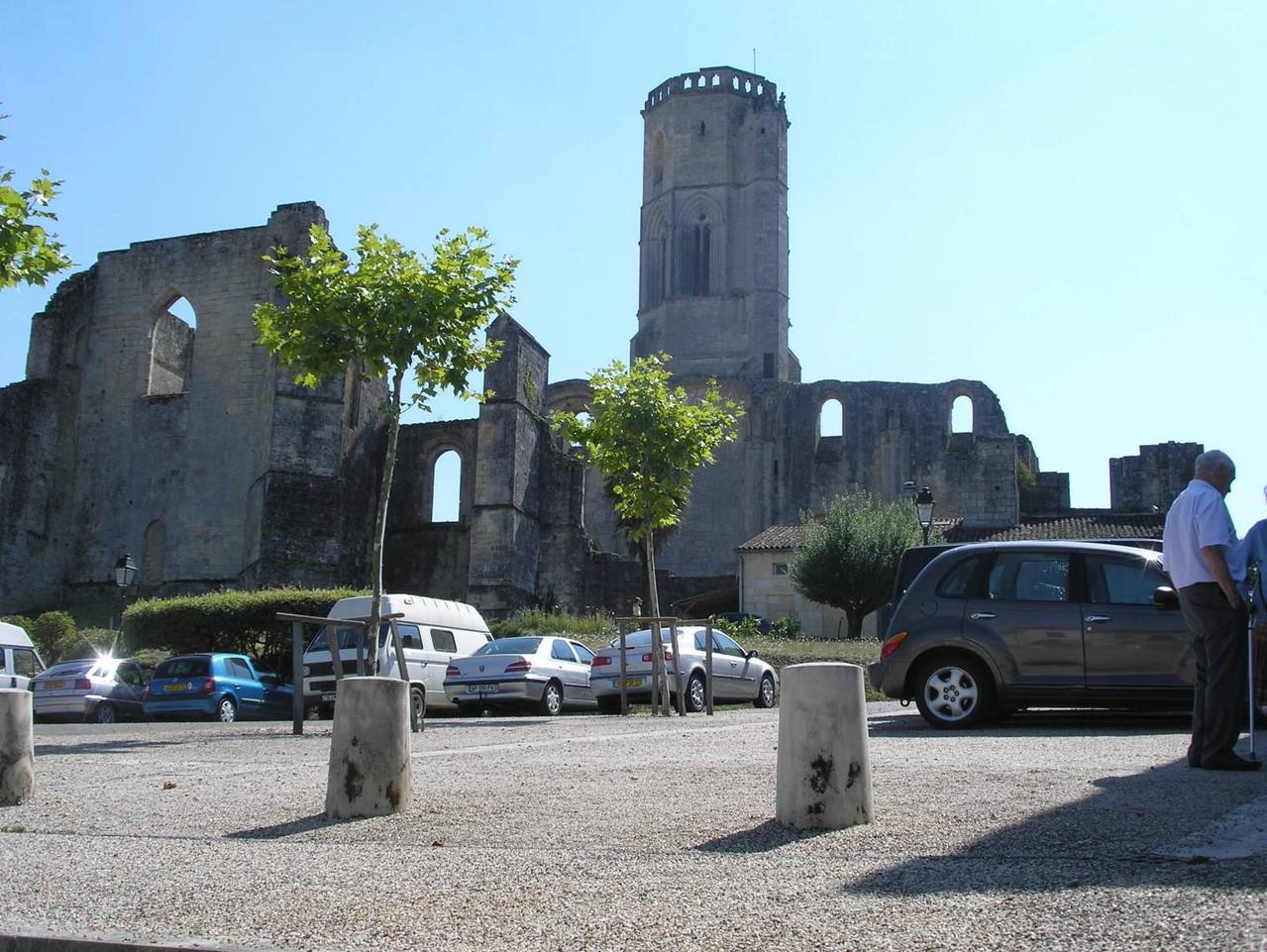 La Sauve : l'abbaye depuis la place