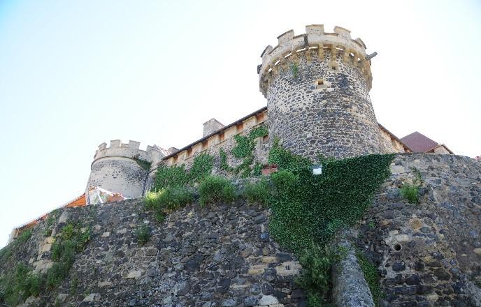 Le château de Saint-Saturnin: le corps de logis vu des fossés
