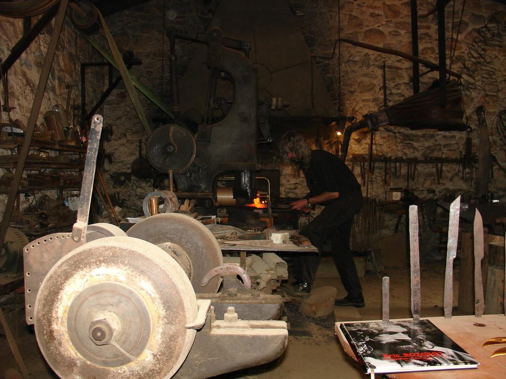 Les forges de Pyrène : le fabricant de couteaux à sa forge