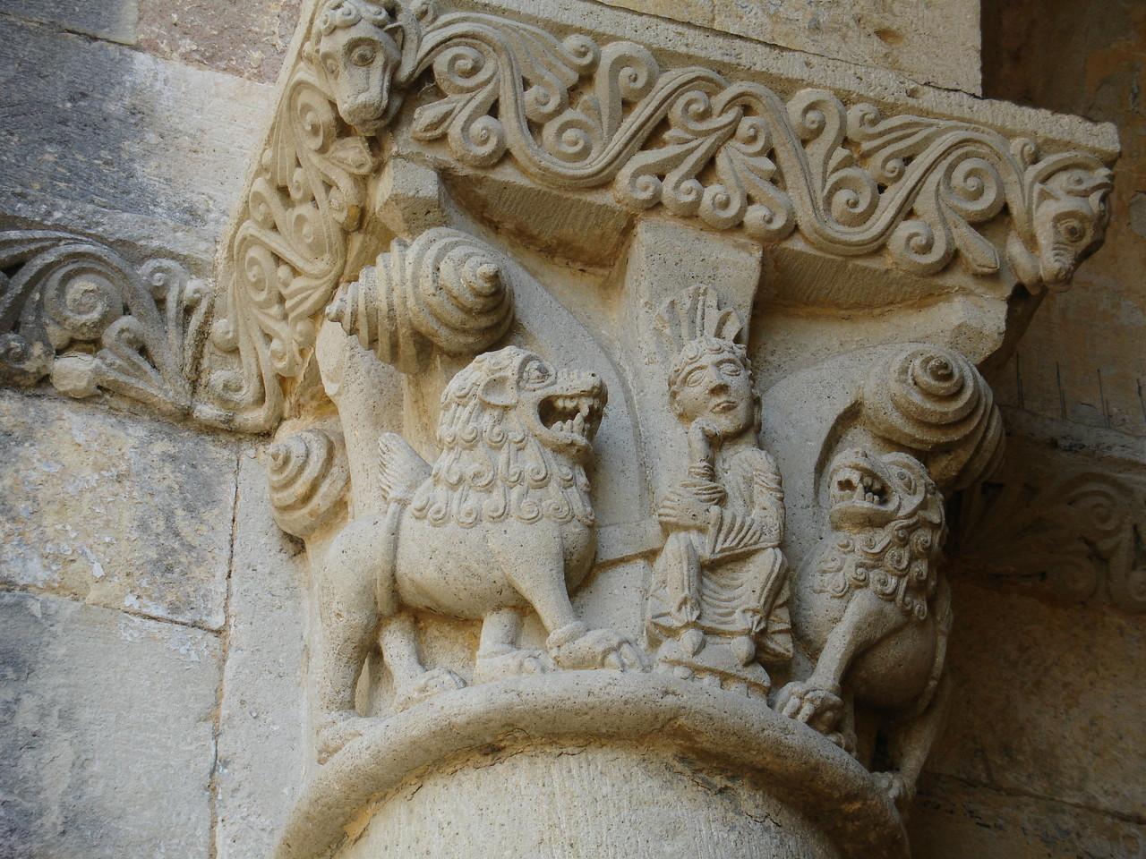 La Sauve : l'abbaye, chapiteau de Daniel dans la fosse aux lions