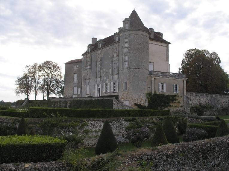 Château de Montréal: la façade Nord et ses fenêtres à meneaux