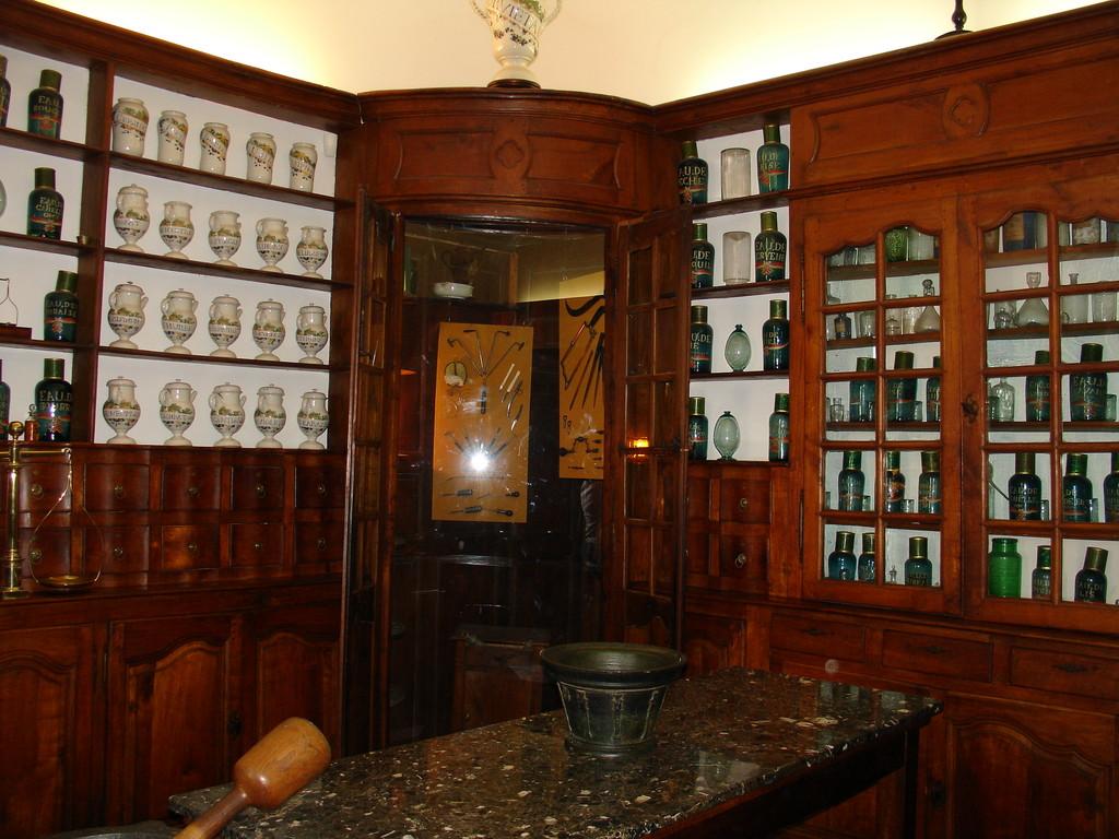 Saint Lizier : pharmacie du 18e siècle
