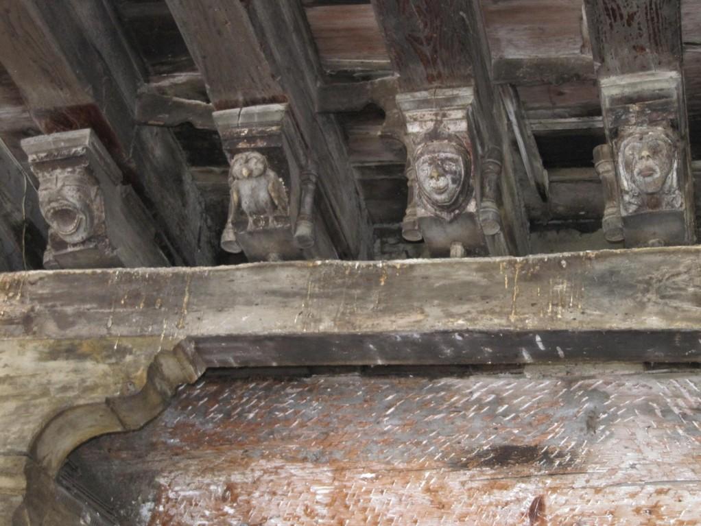 Mirepoix : têtes sculptées de la maison des Consuls