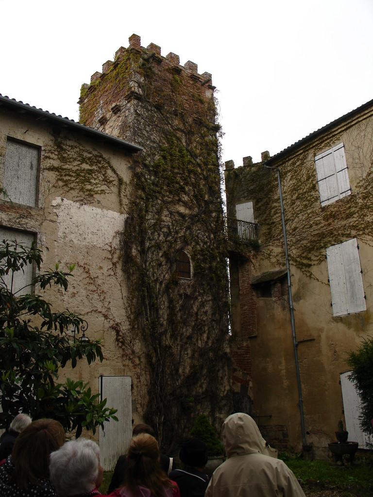 Aiguillon : la cour du château Lunac