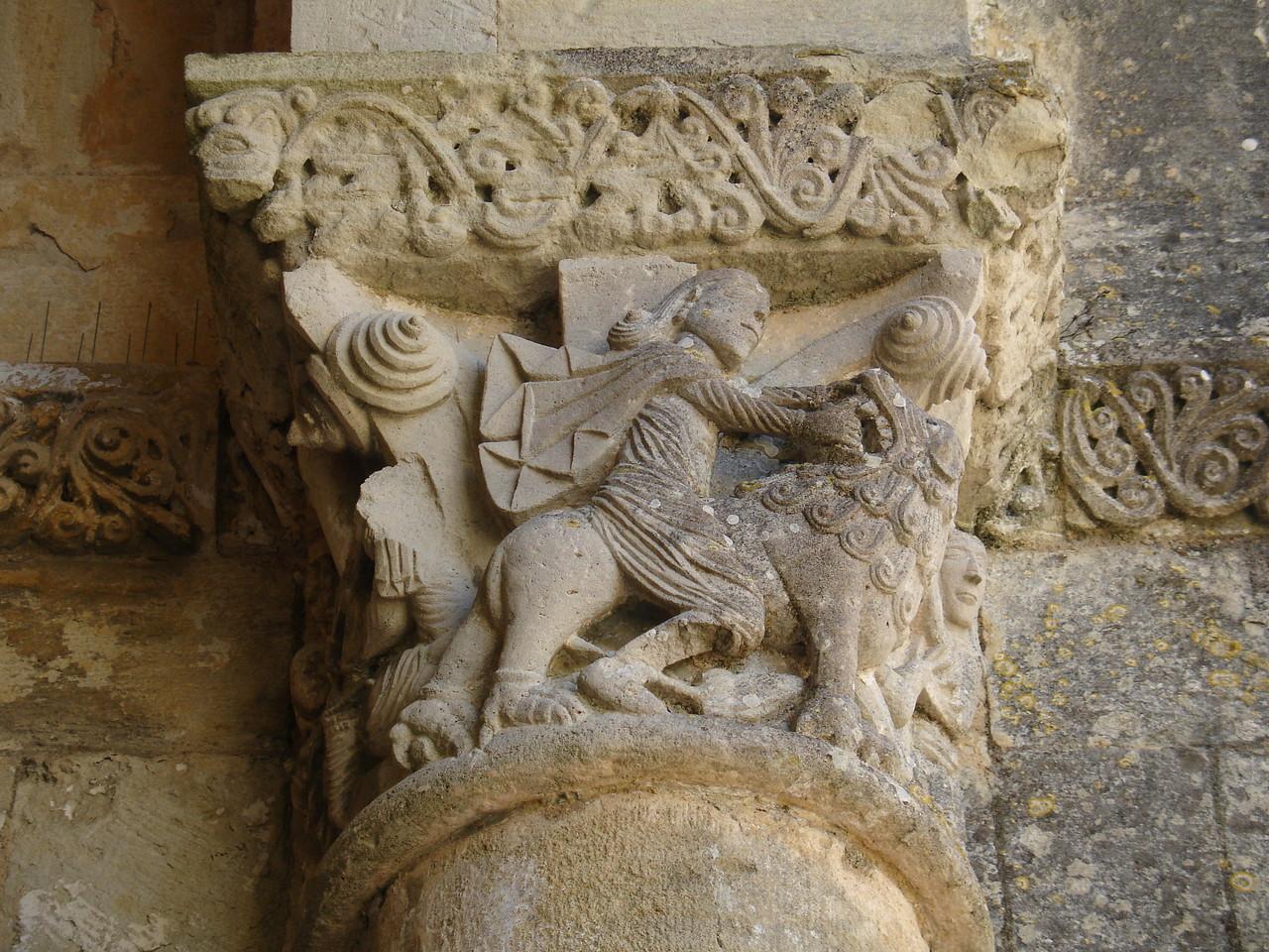 La Sauve : l'abbaye, chapiteau de Samson chevauchant un lion