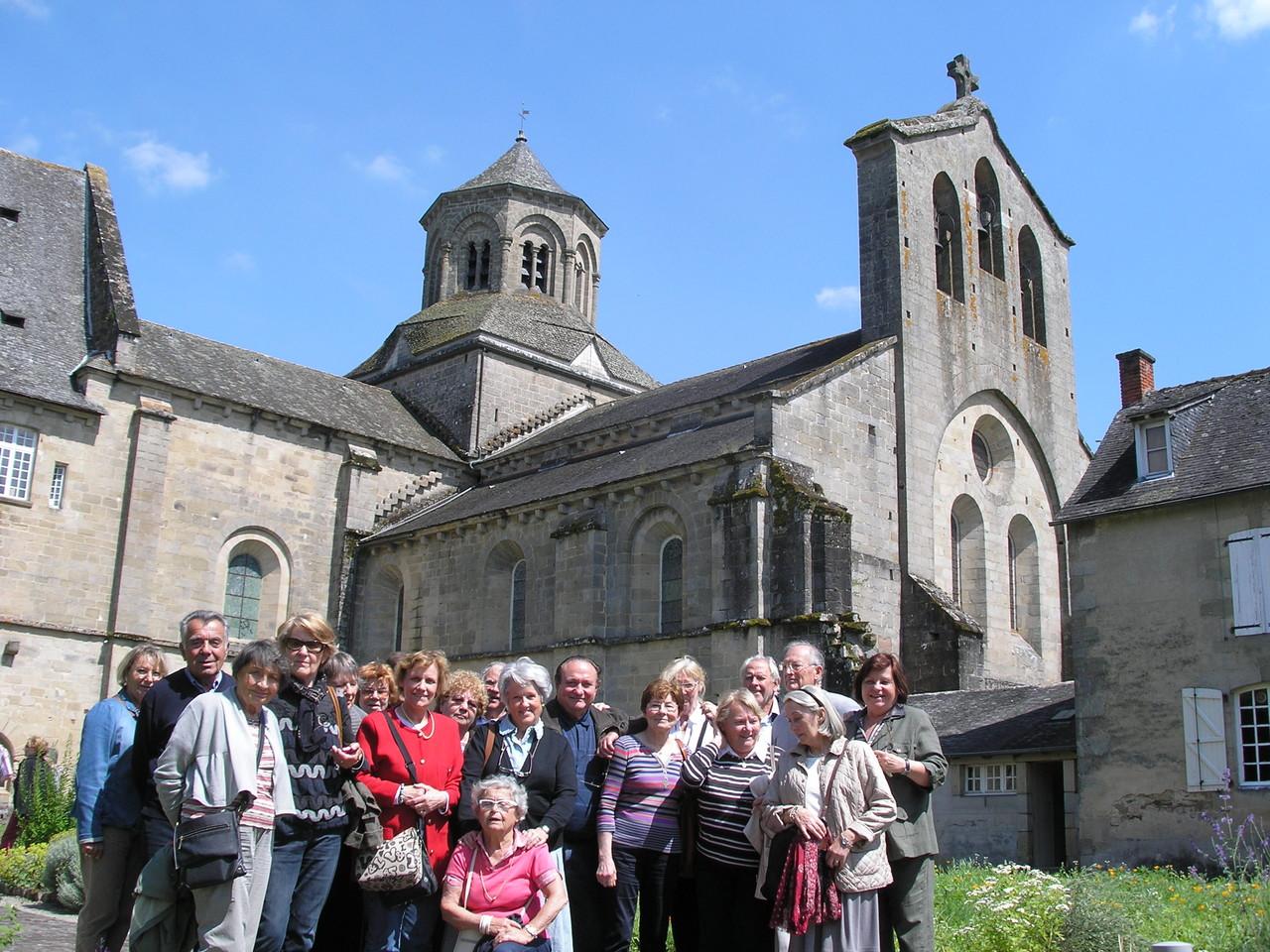 Aubazine : le groupe dans les jardins de l'abbaye et de l'abbatiale