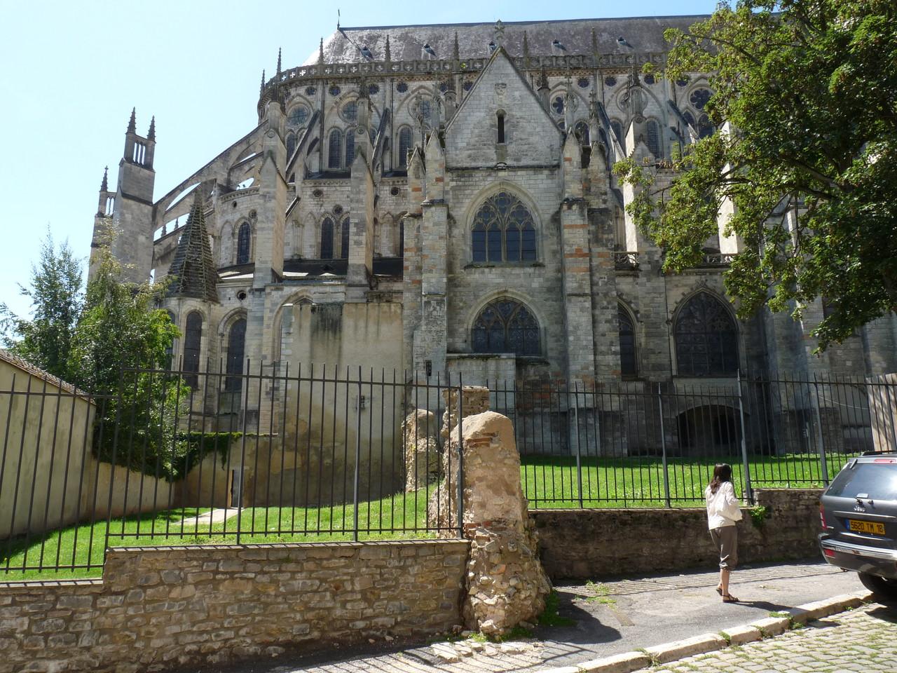 Bourges : le chevet de la cathédrale et les vestiges de la muraille gallo-romaine