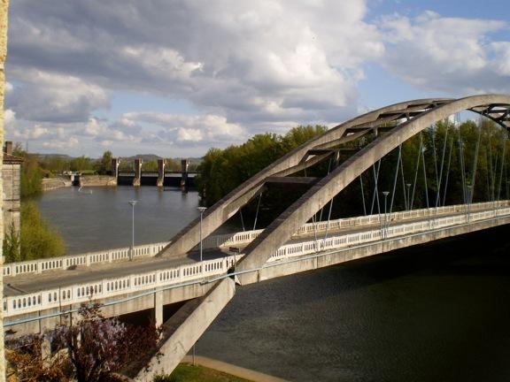 Castelmoron : le pont et le barrage en arrière-plan