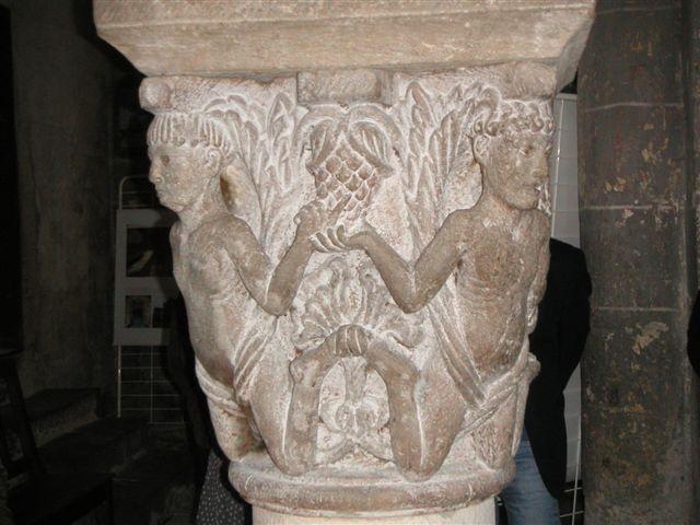 Un chapiteau de l'abbatiale de Saint-Pierre-de-Mozac