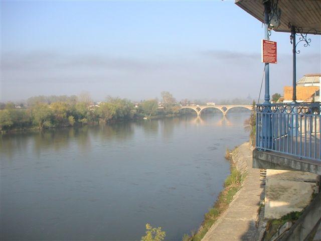 Tonneins : les rives de la Garonne et le pont