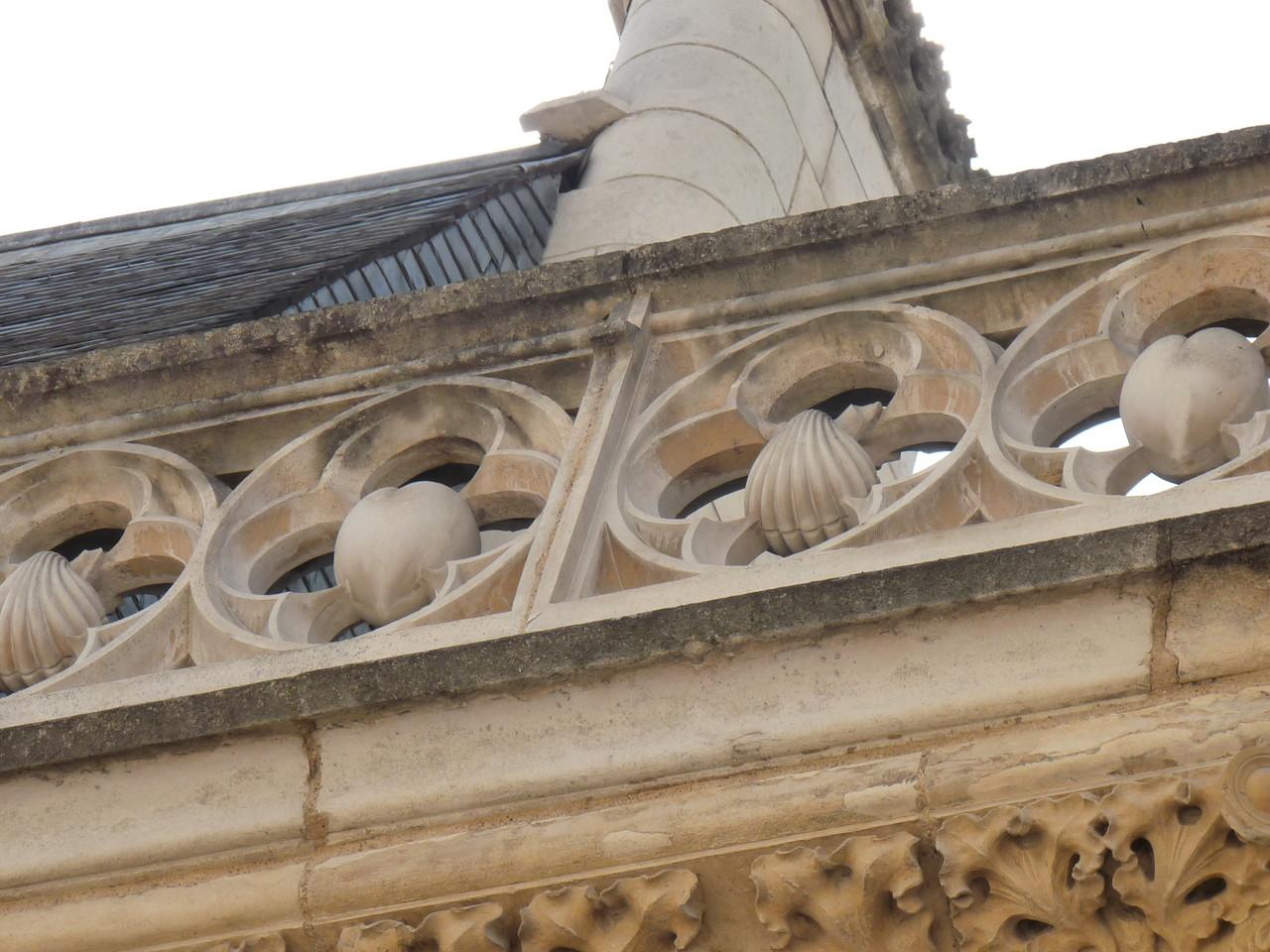 Bourges, maison de J. Coeur : coquilles et coeurs, ses armes parlantes