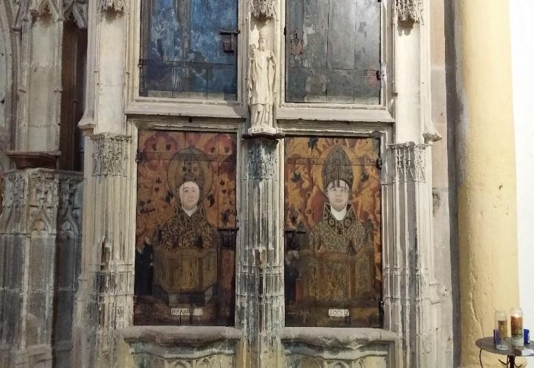 L'abbaye de Souvigny: l'armoire aux reliques avec Saint Mayeul à gauche et saint Odilon à droite