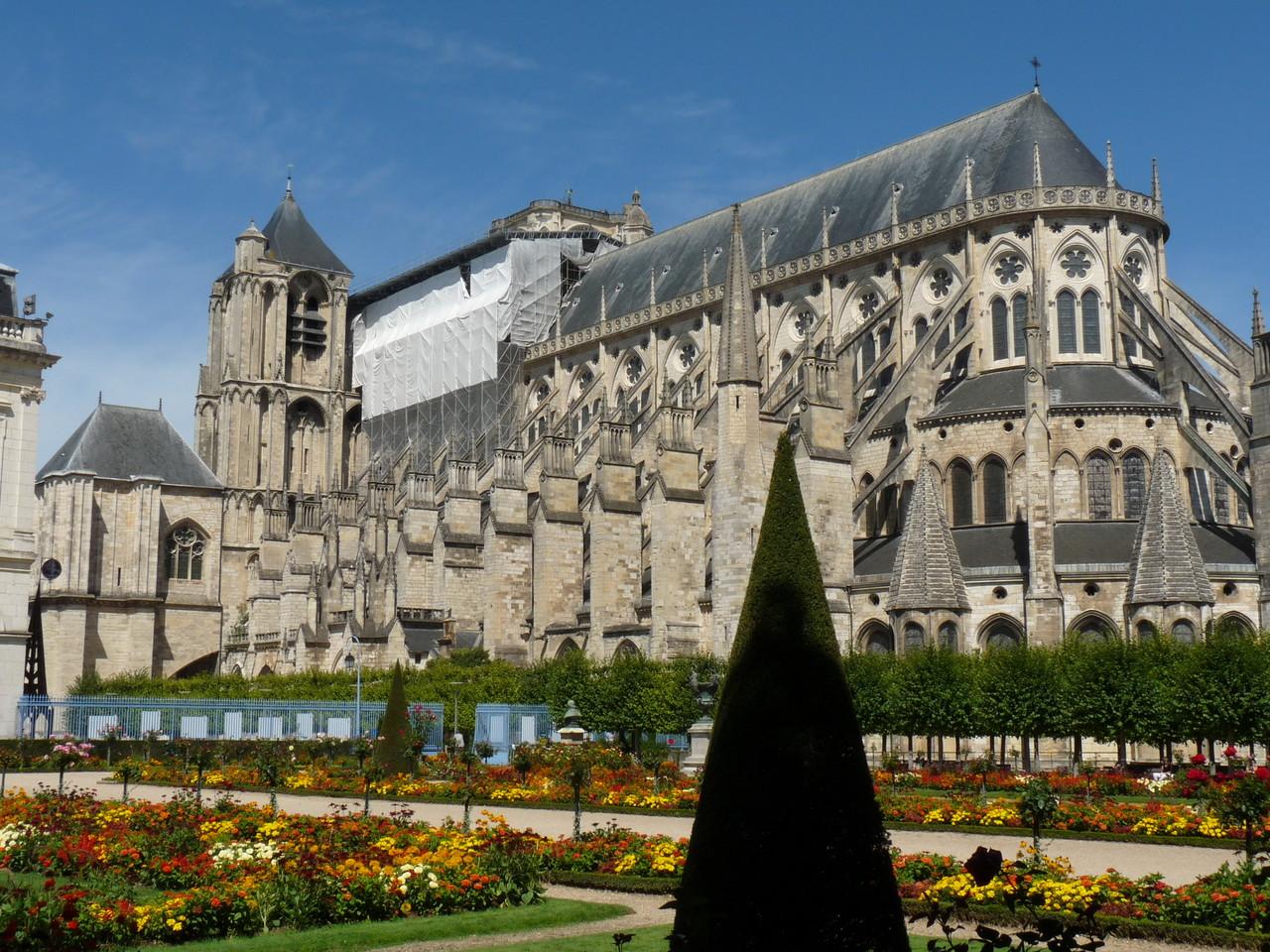 Bourges : la cathédrale Saint Etienne depuis les jardins de l'archevêché