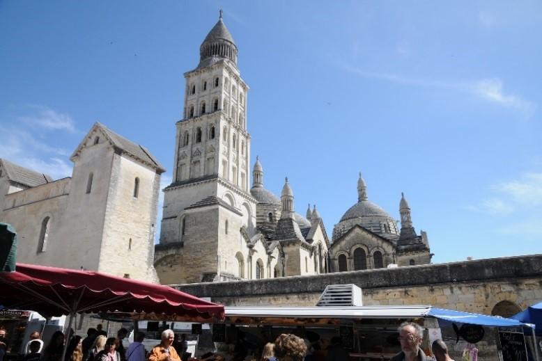 Périgueux: la cathédrale vue de la place du marché