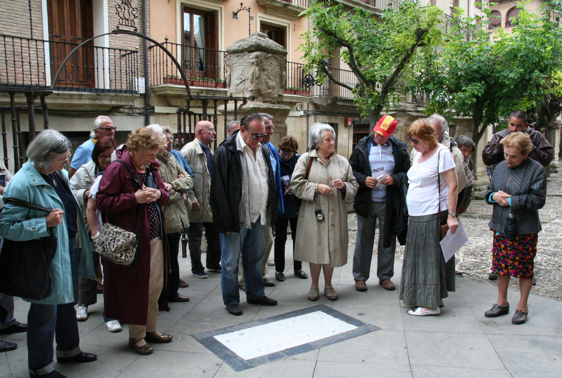 Viana: les Pastourais devant l'épitaphe de César Borgia