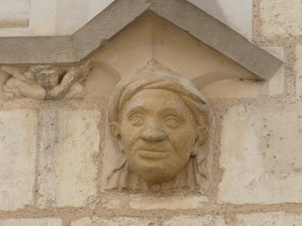 Bourges, maison de J. Coeur : tête d'Africain enturbanné sur la façade avant