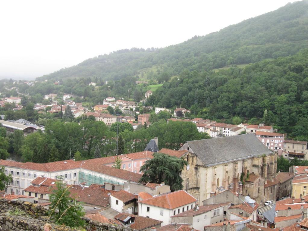 Foix : vue sur la ville et l'église Saint Volusien du château