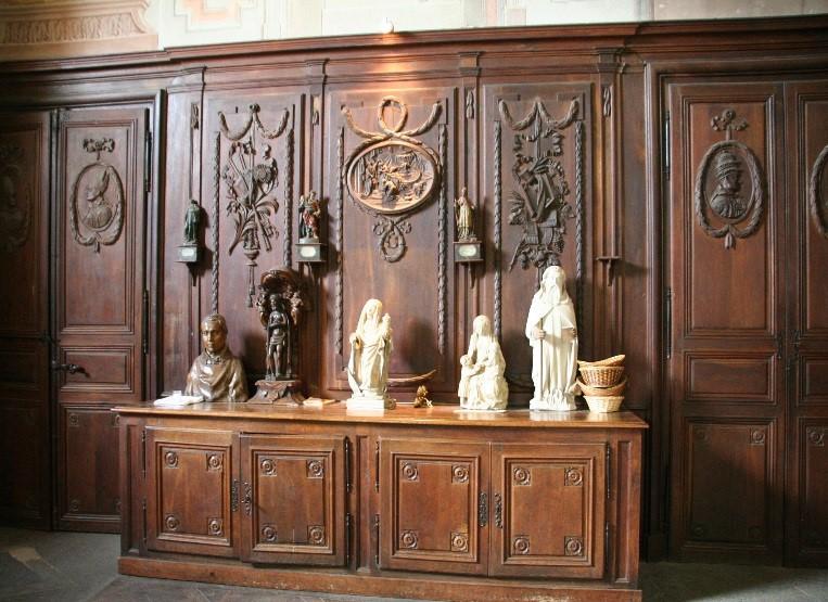 L'abbaye de Souvigny: boiseries et statuettes à la sacristie