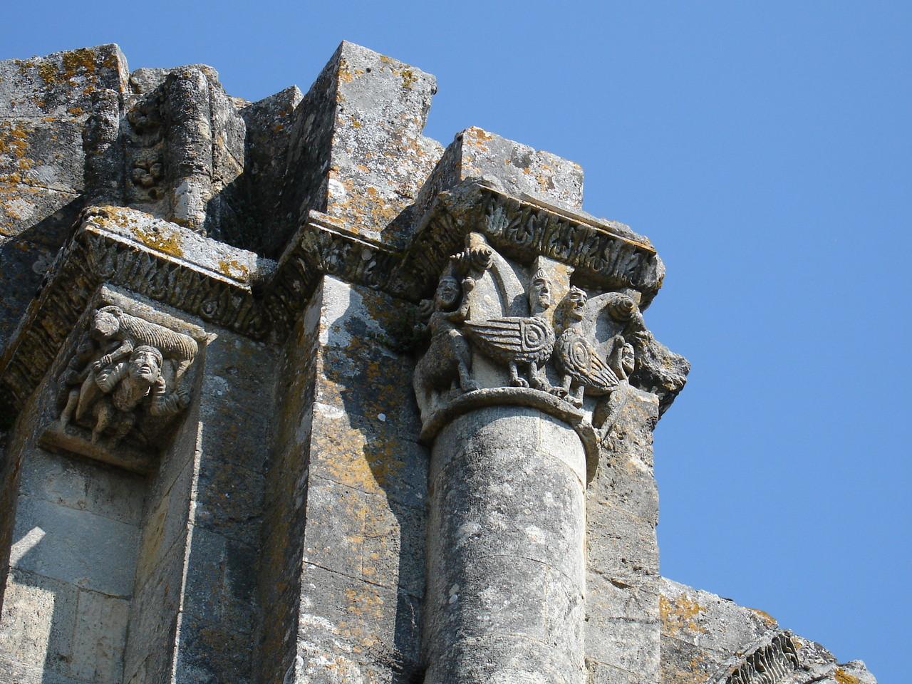 La Sauve : l'abbaye, chapiteau de sommet de colonne
