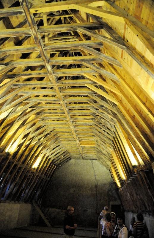 Le château de Saint-Saturnin: la charpente en coque de bateau renversée