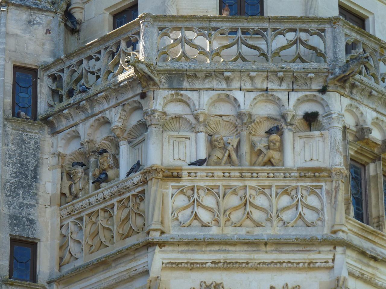 Meillant, le château : détail de la tour polygonale, les guetteurs