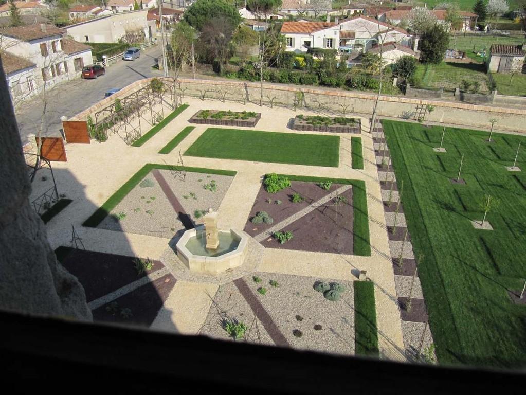 Gontaud-de-Nogaret : vue des jardins depuis le château