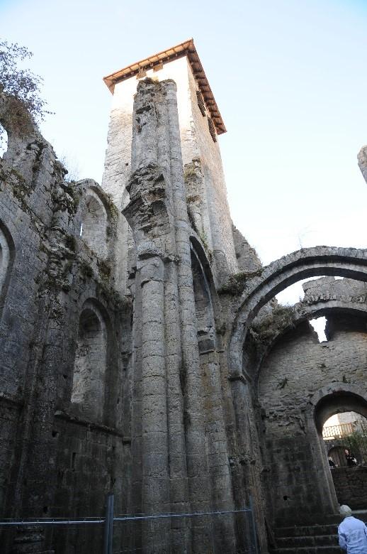 L'abbaye de Marcilhac-sur-Célé: la partie Ouest de la nef inachevée