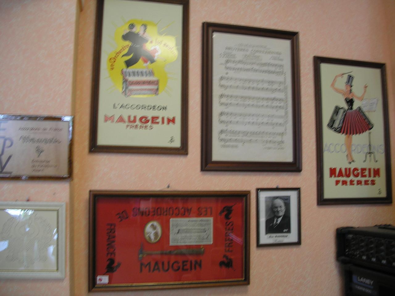 Tulle : publicités des accordéons Maugein