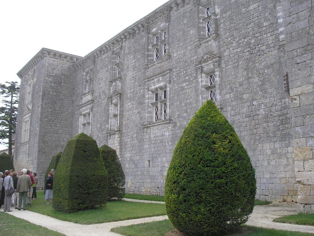 Une façade du jardin du château de Gramont