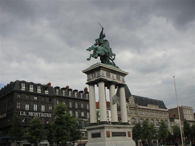 La statue de vercingétorix sur la place de Jaude à Clermont-Ferrand