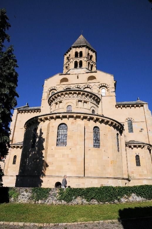 Saint-Saturnin: l'église Notre-Dame avec une vue du chevet et du clocher