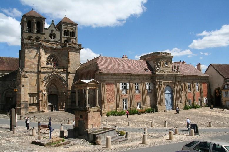 L'abbaye de Souvigny: façade du couvent et de l'église prieurale