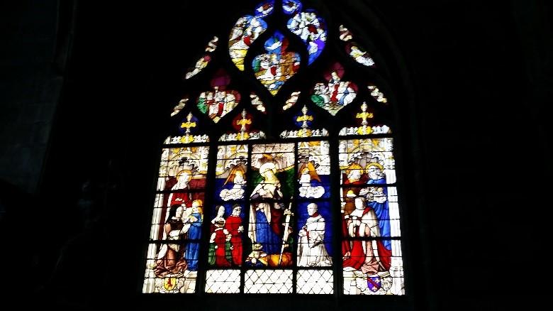 Moulins: un vitrail de la cathédrale (Pierre de Beaujeu et le cardinal de Bourbon à droite, Anne de France à gauche)
