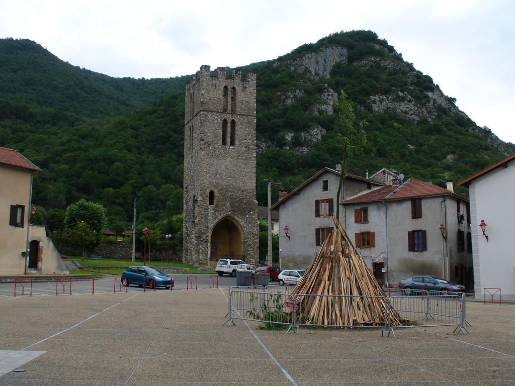 Tarascon : place de l'église médiévale avec le clocher de Saint Michel