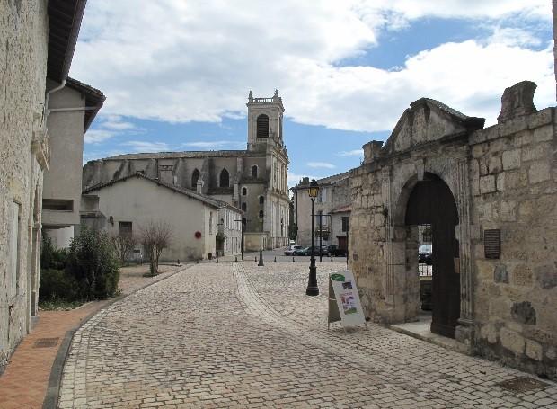 Casteljaloux: maison du roi, et au loin Notre-Dame