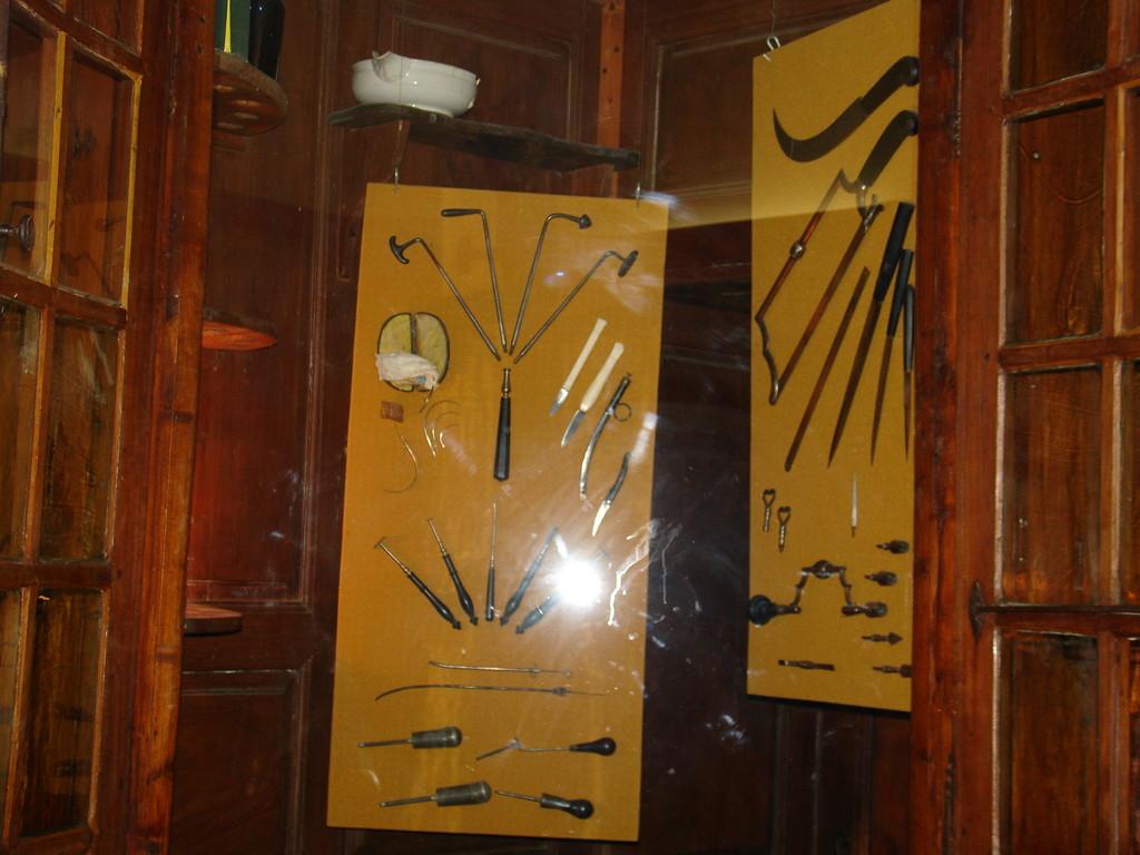 Saint Lizier : pharmacie du 18e siècle avec des détails des outils du chirurgien