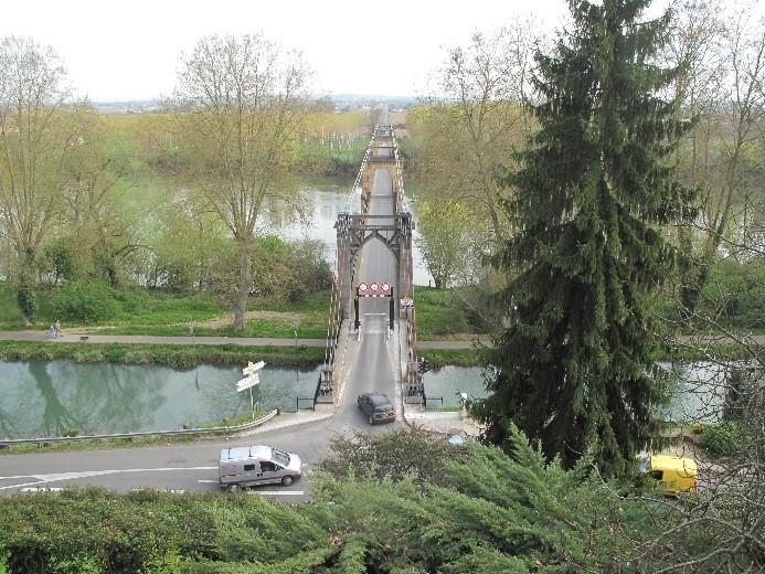 Le Mas d'Agenais: depuis l'esplanade du château, vue sur le pont suspendu