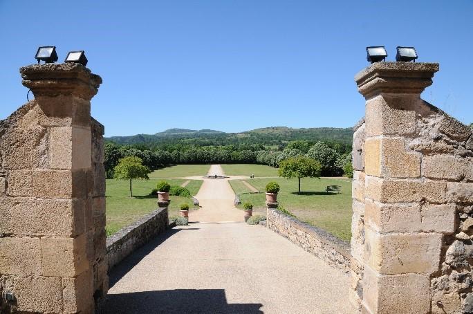 Le château de Saint-Saturnin: les jardins à la française aménagés sur la coulée de lave
