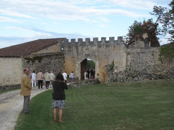 Château de Montréal:  l'enceinte extérieure Sud avec sa porte blasonnée