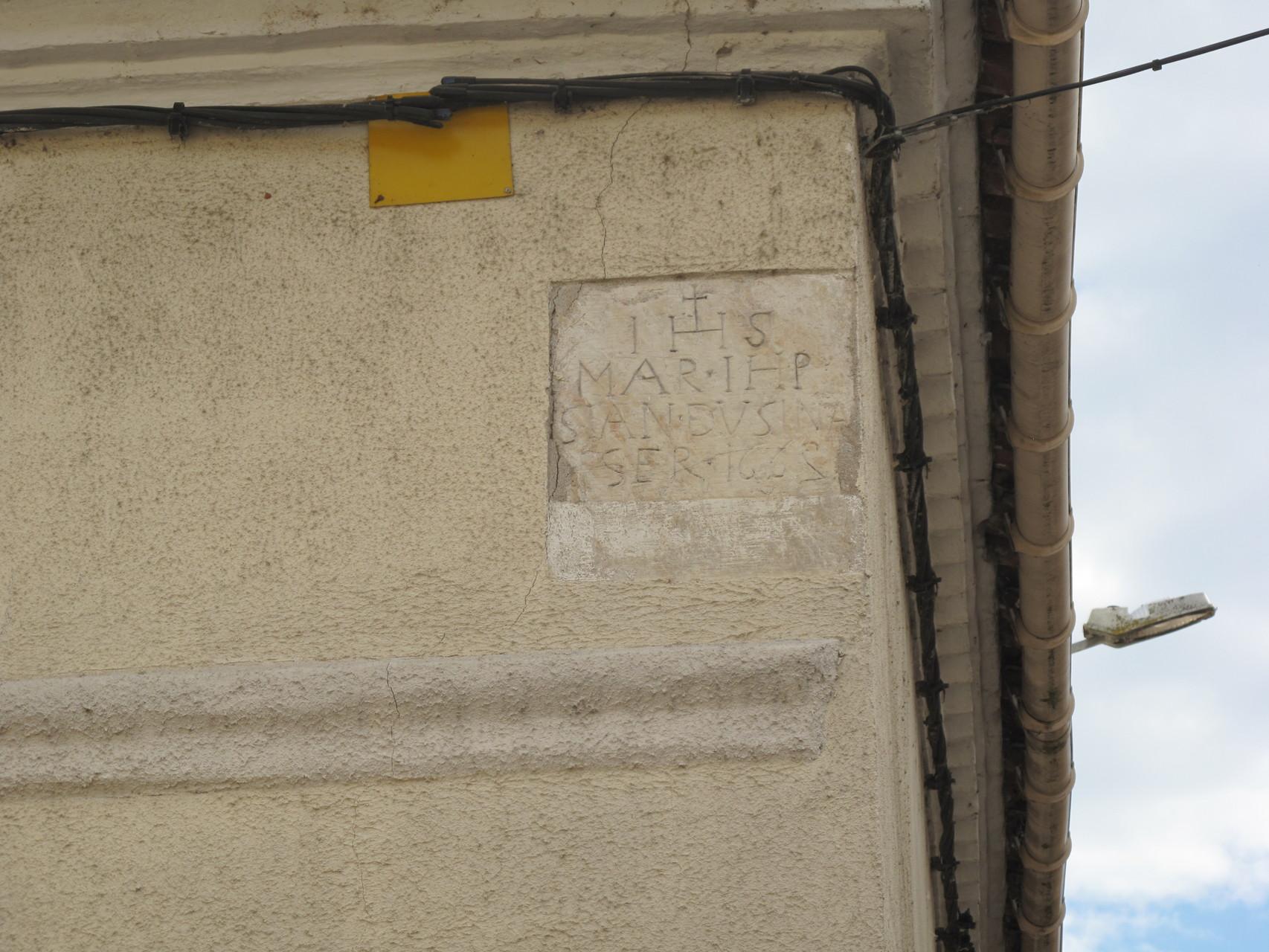 Villeneuve-sur-Lot : à l'angle Rue St Etienne - Rue de Belfort, la plaque 17è siècle des Annonciades